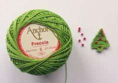 crochet thread crochet christmas tree with seed beads. free pattern.