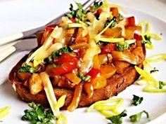 Na nudličky nebo kostičky nakrájená kuřecí prsa, přes noc naložená v koření, zprudka orestovaná ve woku, pak podušená spolu se zeleninou, dochucená kečupem a kořením, servírovaná na topinkách. Healthy Diet Recipes, Cooking Recipes, Slovak Recipes, New Menu, Entrees, Food To Make, Curry, Appetizers, Food And Drink