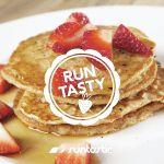 Breakfast for Dinner! Egal ob zum Frühstück oder Abendessen: Diese Protein-Pancakes könnten wir einfach immer essen. Übrigens auch ideal als Snack nach dem Workout.