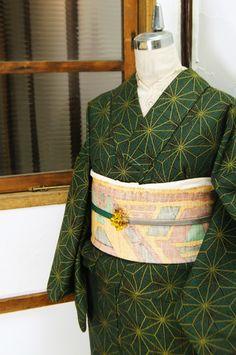 緑と黒に黄色がアクセントになって織り出された大胆な麻の葉模様がレトロモダンなウールの単着物です。