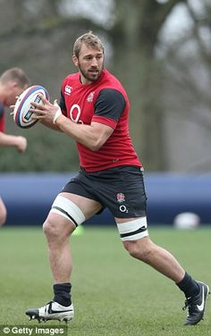 Chris Robshaw Photos - Captain Chris Robshaw runs with the ball during the England Training Session at Pennyhill Park on March 2015 in Bagshot, England. Chris Robshaw, Rugby Club, Rugby Men, Different Sports, Rugby Players, Wales, England, Prince Harry, Athletes