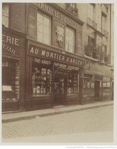 """""""Au Mortier d'Argent"""" pharmacie-droguerie, 33 rue St Denis à Paris, vers 1898-1900 - Photographie d'Eugène Atget"""