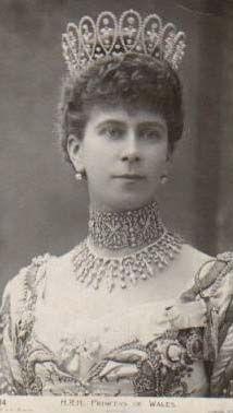 LA TIARA DIAMOND LOOP. FUÉ HECHA POR BUCHERON EN 1902 PARA LA ENTONCES PRINCESA DE GALES MARY, MÁS TARDE REINA MARY. PARECE SER QUE LA DIADEMA SE ROMPIÓ PARA HACER MÁS TARDE LA DIADEMA DURBAR EN 1911.