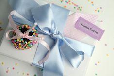 Nam, nam, cake pops Bake Sale, Dessert Table, Cake Pops, Sprinkles, Frosting, Cupcake Cakes, Wedding Cakes, Gift Wrapping, Favorite Recipes