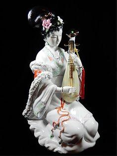 CHINESE PORCELAIN FIGURINE, GEISHA WOMAN.