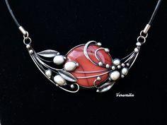Snění+-+jaspis+mookait,+perla+Šperk+je+vyroben+cínováním.+Je+tvořen překrásným +4+x 3,5+cm+velkým+jaspisem+mookait,+jehož+barvu+je+těžké+pojmenovat.+Není+ani+růžová+ani+červená+ani+vínová,+zkrátka+něco+mezi+tím. Doplněn+je bílými+perlami+různé+velikosti.+Šperk+je+otevřený+a+je veliký+10+x+5+cm, je+zavěšen+na+černé+kůži+o+průměru+3+mm,+dlouhé...