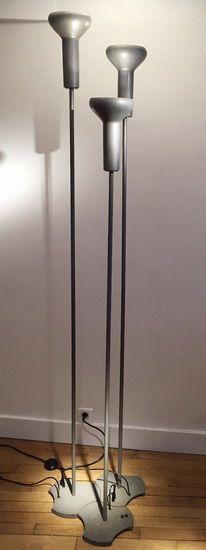Série de trois lampadaires laqués gris, de Gino Sarfatti modèle 1073/3 Edition Arteluce Italie, c.1956 Hauteurs : 207 cm, 197 cm, 177 cm Prix sur demande