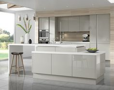 Silky gray high gloss fronts, white countertop and light tiles in wood finish . Seidengraue Hochglanz Fronten, weiße Arbeitsplatte und helle Fliesen in Holzopt… Silky gray high gloss fronts, white worktop and light wood effect tiles Light Grey Gloss Kitchen, Glossy Kitchen, Light Grey Kitchens, High Gloss Kitchen Cabinets, Grey Cupboards, Kitchen Units, Modern Cabinets, Kitchen Ideas, Moore Kitchen