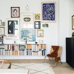 Fantastic Gallery wall and bookshelf in modern bohemian style living room (Couleur Pour Salon) The post Gallery wall and bookshelf in modern bohemian style living room (Couleur Pour Sa… appeared first on Cazoz Diy Home Decor . Living Room Decor, Living Spaces, Picture Wall Living Room, Living Rooms, Picture Walls, Sweet Home, Decor Scandinavian, Scandinavian Bookshelves, Scandinavian Apartment