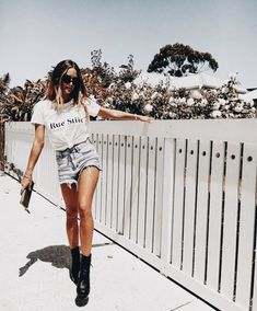 Street Style trends : New Look Distressed Denim Shorts New Look Distressed Denim Shorts Tumblr Outfits, Mode Outfits, Short Outfits, Fashion Outfits, Ootd Fashion, Fashion Ideas, Summer Weekend Outfit, Look Festival, Festival Wear