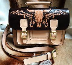 Cambridge Satchel - The Classic Leather Satchel Bag #leathersatchelbag #cambridgesatchel #leatherwork #leathercraft #leathertooling #leathercarving #trioleatherart #dinnidworkshop #handmade #cowskull #皮雕 #皮雕工具 #仨革藝 #皮革製品
