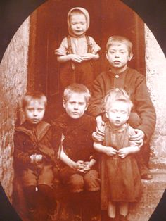 Children of a tenement family in Dublin Old Pictures, Old Photos, Ireland 1916, Easter Rising, Old Irish, Irish Eyes Are Smiling, Photo Engraving, Irish Roots, Dublin City