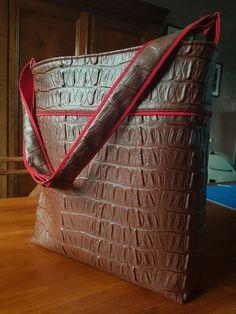 Sac Flo cousu par Atelier du Chat Pître - Tissu(s) utilisé(s) : Simili cuir et sergé coton/polyester - Patron Sacôtin : Flo