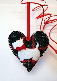 Corazón de Scottie. Tartán, rojo-blanco-negro. Ornamento de la Navidad. Corazón de San Valentín. De doble cara.