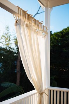 Want to add privacy and resort feel to your veranda? Try these DIY Safari inspired curtains at your home today, they are so easy to make! Patio Diy, Patio Pergola, Backyard Patio Designs, Pergola With Roof, Patio Stone, Patio Privacy, Flagstone Patio, Budget Patio, Concrete Patio
