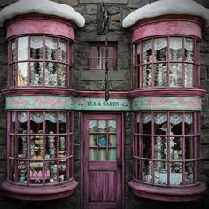 Madam Puddifoot's tea shop is among the Hogsmeade storefronts at the part. Hogwarts, West Coast edition: New Harry Potter theme park set to open in California - The Washington Post Harry Potter Theme Park, Harry Potter Houses, Harry Potter Facts, Harry Potter Characters, Harry Potter World, Harry Potter Halloween, Harry Potter Cosplay, Universal Studios, Hogwarts