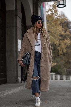 """"""""""" White T-shirt + teddy coat long + jeans + sneakers. Classy casual fashion comfy … """""""" White T-shirt + teddy coat long + jeans + sneakers. Mode Chic, Mode Style, Winter Coats Women, Coats For Women, Long Winter Coats, Fur Coat Outfit, Winter Coat Outfits, Ootd Winter, Trench Coats"""