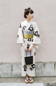 からみ織に粋な模様。大人っぽが叶う浴衣 haco! ひでや工房 京都のからみ織ジャカード浴衣<ブラック系その他> 綿100% Kimono Fashion, Fashion Outfits, Cute Kimonos, Yukata Kimono, Japan Woman, Tokyo Street Style, Japanese Street Fashion, Japanese Outfits, Japanese Beauty