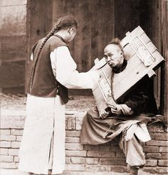 Charitable Chinese man feeding a criminal in a cangue. Petty criminals were sentenced to wear the canque, often for a couple of months, and . Old Pictures, Vintage Pictures, Old Photos, History Images, Chinese Man, Tianjin, Chongqing, Asian History, Ancient China