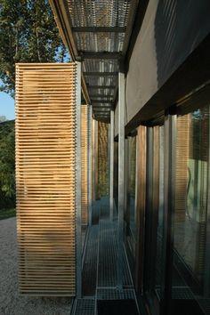 El despacho francés Karawitz Architecture desarrolló una casa pasiva en Bessancourt, cerca de París, Francia. Siguiendo los estándares del uso de energía para una casa pasiva, esta casa está cerrada hacia el norte para limitar la pérdida de calor y se abre al sur para aprovechar la luz solar.