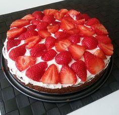 Het recept voor aardbeien mascarpone taart zonder ei. Het is een heerlijke taart met een overheerlijke krokante bodem. Aardbeien mascarpone taart zonder ei