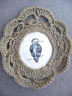 This is very nice but would be better if backed with a water/glue wash to stiffen then blocked so it does not stretch out when hung as it does in the picture. Inspiration no pattern. Crochet Circles, Crochet Round, Crochet Motif, Crochet Doilies, Crochet Stitches, Crochet Wall Art, Crochet Home, Crochet Gifts, Crochet Yarn