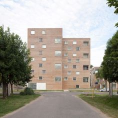 Rather than each being a single chunky mass, the towers are composed of two conjoined blocks that are slightly offset. Amazing Architecture, Contemporary Architecture, Axonometric View, Patio Central, Brick Cladding, Urban Fabric, Patio Interior, Social Housing, Concrete Structure