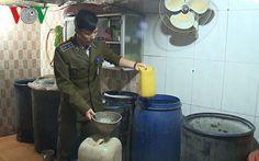 Hà Nội: Phát hiện 1.200 lít rượu không nguồn gốc trong tiệm tạp hóa