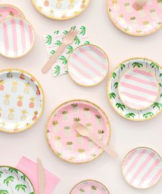 - Set of 8 plates - Paper - 7.25 inches wide - White with foil palm tree pattern