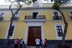 Decenas de personas se reunieron el martes a las puertas del Palacio de Miraflores (sede de Gobierno), junto al presidente Nicolás Maduro, para conmemorar los 100 años de la Revolución Bolchevique…