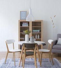 Mesa redonda y sillas de diferentes colores