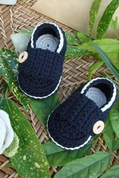 Crochet Baby Shoes Crocheted baby booties little loafers black and ivory- size . Crochet Baby Clothes, Crochet Baby Shoes, Crochet For Boys, Knitted Baby, Crochet Crafts, Hand Crochet, Crochet Projects, Knit Crochet, Baby Knitting Patterns