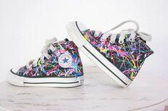 Jeder Schuh ein Einzelstück: bunte Kinder-Chucks von the play haus, in allen möglichen Farben wählbar  Preis: 53 € plus Versand, gefunden auf Etsy Gibt es hier: http://monsterkiste.de/ColorChucks  #fuerKinder #Kinderschuhe #Converse #Chucks