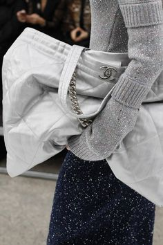 Chanel Fall 2017 Ready-to-Wear Collection - Vogue Fashion Week Paris, Fashion 2017, World Of Fashion, Winter Fashion, Fashion Show, Fashion Outfits, Couture Mode, Style Couture, Couture Fashion