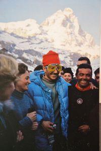Walter Bonatti festeggia a Cervinia, dopo aver conquistato la vetta (foto del Museo Guide del Cervino)