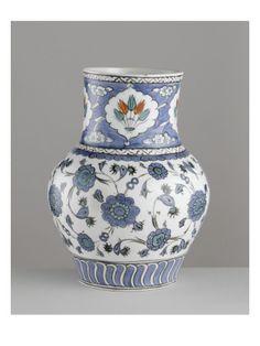 Vase à décor de bouquets de tulipes sur le col - Musée national de la Renaissance (Ecouen)