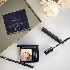 Comecei o dia toda trabalhada na novas makes da Dior a linha Diorshow que lançou recentemente as novas cores das famosas paletas de sombras 5 Coulers o novo lápis de olhos super pigmentado e a máscara (INOVADORA) de cílios com a tecnologia Pump'N'Volume que possui uma área flexível na embalagem em que você pode apertar para melhor depositar o produto na escova!! Demais... Contei tudo lá no site: http://ift.tt/1qjxcEx {link acima no perfil} #diorshow #diorbrasil #instamakeup #makeup…