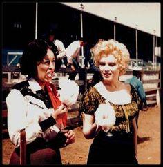 """1956 / INSTANTANES DU TOURNAGE DU FILM """"BUS STOP"""" / Marilyn lors du tournage du film """"Bus stop"""", aux côtés entre autres d'Eileen ECKHART, partenaire dans le film, de Buddy ADLER le Producteur ou encore de Milton GREENE le photographe ; Vingt-cinquième film de Marilyn, """"Arrêt d'autobus"""" n'a pas forcément la cote. Alors qu'elle est déjà une star en 1956 (elle a déjà tourné """"Les Hommes préfèrent les blondes"""" ou encore """"Rivière sans retour""""), """"Arrêt d'autobus"""" n'est pas l'un des titres les plus…"""