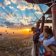 Hot air ballooning in Cappadocia Air Balloon Rides, Hot Air Balloon, Flying Balloon, Humor Gospel, Voyager Loin, Balloon Flights, Wonders Of The World, Cool Photos, Epic Photos