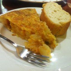 La gloriosa tortilla de patatas del Kepa Landa, en Bilbao, la mejor que yo he probado. Basque Food, Asturian, Mediterranean Meals, Basque Country, Spanish Food, Bilbao, Cornbread, Cities, Eggs