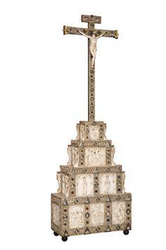 crocifisso con Calvario, Sri Lanka o Goa, 1610, legno tropicale e tek, avorio, argento, rubini, rame, cristallo di rocca, vetro, velluto. Lisbona, collezione privata