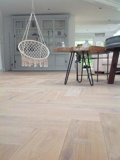 VISGRAAT PARKETVLOER | Eiken houten vloer in visgraat patroon. Vloer is afgewerkt met plantaardige olie. Dit geeft een goede bescherming tegen vuil en vocht. - Woonboerderij Maja