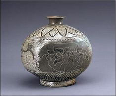 분청 상감 인화 연화무늬 편병 연꽃도 분청에서 즐겨 표현된 무늬 가운데 하나이다. 구애받는 것이 없는 자유스러움 등을 보여 준다. 15세기, 높이 19.2센티미터