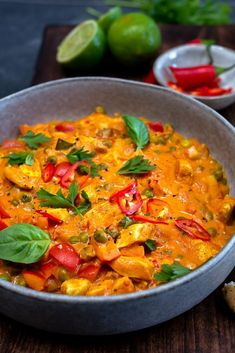 Thaise curry met kipfilet en doperwten - Mind Your Feed - Indian Food Recipes, Asian Recipes, Healthy Recipes, Scampi Curry, Food Porn, Fast Food, Middle Eastern Recipes, Quick Meals, Food Inspiration