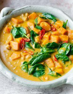 Tajskie curry z ciecierzycą, dynią i szpinakiem
