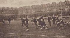 1895 - PRIMEIRA PELADA NO BRASIL: O primeiro jogo de futebol do Brasil foi realizado na Várzea do Carmo, São Paulo, em 14/4/1895. As equipes, São Paulo Railway e Companhia de Gás, eram formadas por ingleses radicados na capital. Charles Miller, o pai do futebol no Brasil, fazia parte do primeiro time, que venceu a partida por 4 x 2. Miller trouxe as duas primeiras bolas de futebol para o Brasil em 9 de junho 1894 e as deixou trancadas em um armário por 10 meses, até a primeira partida.