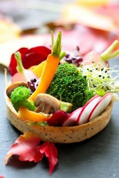 autumn veggie tart with broccoli, beets, baby carrots, radishes, sprouts Raw Food Recipes, Vegetarian Recipes, Healthy Recipes, Finger Food Catering, Western Food, Food Menu, Creative Food, Fruits And Veggies, Food Inspiration