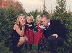 13 perfect family Christmas clothes idea for end of season that suitable on any Christmas ocassion including church, party or portrait. Winter Family Photos, Xmas Pictures, Family Christmas Pictures, Christmas Photos, Family Pictures, Holiday Photos, Xmas Pics, Christmas Clothes, Christmas Outfits