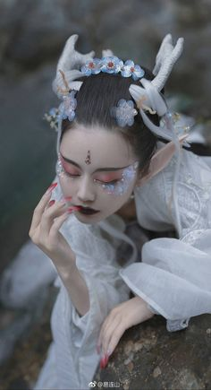 Chinese Traditional Costume, Traditional Art, Chinese Dance, Pagan Art, Creative Makeup Looks, Artsy Photos, Make Up Art, Japanese Geisha, Dress Drawing