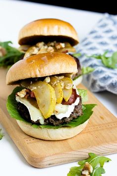 Herbstlicher Burger mit Brie, pochierten Birnen und Feigen Konfitüre - Sasibella Bacon Jam Burger, Burger Co, Burger Menu, Pear Recipes, Veggie Recipes, Crockpot Recipes, Cooking Recipes, Brie, Beste Burger
